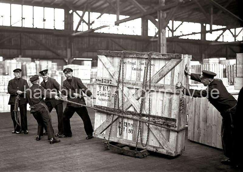 historische arbeitsbilder aus dem hafen hamburgs bildarchiv der hhla schwertransport einer. Black Bedroom Furniture Sets. Home Design Ideas